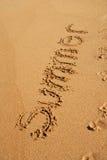 Het woord van de ZOMER dat op het zand wordt geschreven Royalty-vrije Stock Foto