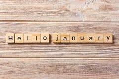 Het woord van Hello januari op houtsnede wordt geschreven die hello januari-tekst op lijst, concept Royalty-vrije Stock Afbeeldingen