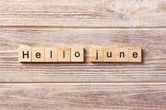 Het woord van Hello Juni op houtsnede wordt geschreven die De tekst van Hello Juni op lijst, concept Stock Foto