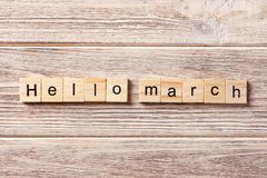 Het woord van Hello Maart op houtsnede wordt geschreven die De tekst van Hello Maart op lijst, concept Stock Foto's