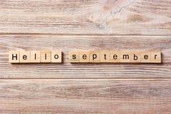 Het woord van Hello September op houtsnede wordt geschreven die hello September-tekst op lijst, concept Stock Foto