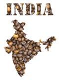 Het woord van India en de kaart van het land met de achtergrond die van koffiebonen gestalte wordt gegeven Stock Foto's