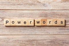 Het woord van MACHTSwoorden op houtsnede wordt geschreven die De tekst van MACHTSwoorden op lijst, concept royalty-vrije stock fotografie