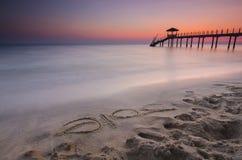 het woord van 2016 op zand en Silhouet van vissersplattelandshuisje dat du wordt geschreven Stock Foto
