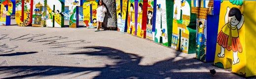 Het woord van Puertovallarta met een vrouw in het midden van het woord stock foto's