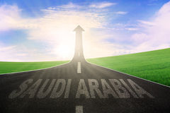 Het woord van Saudi-Arabië met pijl omhoog op weg Royalty-vrije Stock Afbeelding