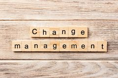 Het woord van het veranderingsbeheer op houtsnede wordt geschreven die de tekst van het veranderingsbeheer op lijst, concept royalty-vrije stock afbeeldingen