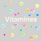 Het woord van vitaminen dat met pillen en tabletten wordt omringd Royalty-vrije Stock Foto