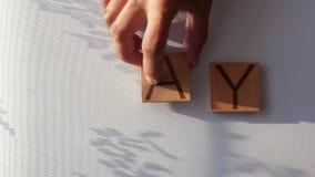 Het woord ` wordt DAG ` opgemaakt in houten brieven stock videobeelden