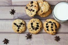 Het woord yum op koekje met kruiden en glas melk wordt beschreven die Stock Afbeelding