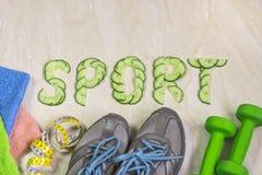 Het woorddieet, tegen de achtergrond van tennisschoenen, domoren en handdoeken, Stock Foto's