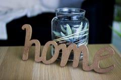Het woordhuis wordt gemaakt van hout en een schildersezel Houten inschrijving houme Een woord van hout wordt gemaakt dat bank stock foto's