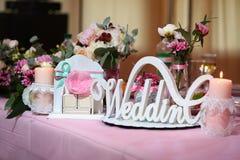 Het woordhuwelijk van het decorhuwelijk op de achtergrond van bloemen, kaars Royalty-vrije Stock Foto's