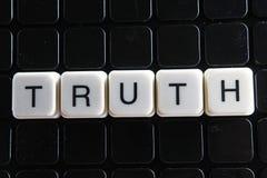 Het woordkruiswoordraadsel van de waarheidtekst De alfabetbrief blokkeert de achtergrond van de speltextuur Zwarte achtergrond Royalty-vrije Stock Foto
