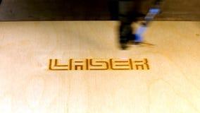 Het woordlaser van de laserstraalgravure stock video
