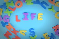 Het woordleven wordt opgemaakt in multicolored brieven Mooie inschrijving op een blauwe achtergrond Royalty-vrije Stock Fotografie