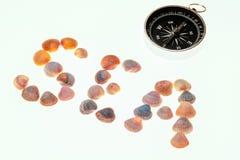 Het woordoverzees van shells en een kompas die aan het zuiden richten Thema van rust, vakantie en reis stock foto