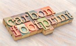 Het woordsamenvatting van de koolstofvoetafdruk in houten type stock afbeeldingen