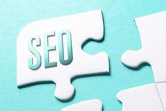Het Word Raadsel van SEO In Missing Piece Jigsaw stock fotografie