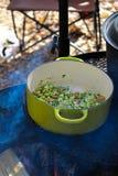 Het worden klaar om soep te maken terwijl het kamperen Royalty-vrije Stock Afbeelding