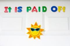 Het wordt betaald van bericht is op een voordeur van huis stock foto