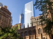 Het World Trade Center en de Drievuldigheidskerk in New York Stock Afbeelding