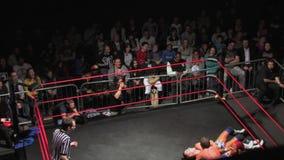 Het worstelen Gelijke: De worstelaar doet Backflip-Plons van Kabels in Ring stock footage