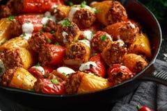 Het worstvlees, hakt en rijst Gevulde zoete minidiegroene paprika's in gietijzerkoekepan worden gebakken fijn, pan bedekt met yog stock fotografie