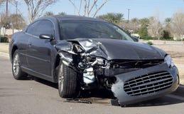 Het wrak van de auto dat na wegongeval wordt beschadigd Stock Foto's