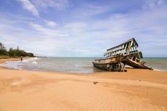 Het wrak van de boot ruïneert het strand stock afbeelding
