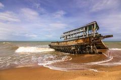 Het wrak van de boot ruïneert het strand stock fotografie