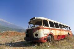 Het wrak van de bus in dor landschap royalty-vrije stock afbeelding