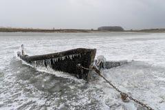 Het wrak van een bevroren vissersboot stock afbeelding