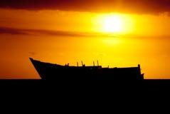 Het wraksilhouet van het schip bij zonsondergang Stock Foto