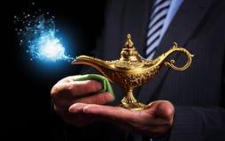 Het wrijven van magische Aladdins-genielamp Royalty-vrije Stock Afbeelding