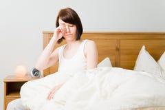 Het wrijven van slaap uit de ogen Stock Foto