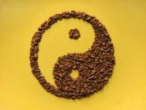Het Yin Yang-teken van gekorrelde koffie wordt gemaakt die Royalty-vrije Stock Foto's
