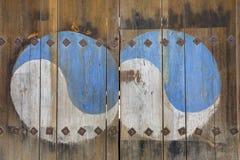 Het Ying Yang-teken op houten deur wordt geschilderd die Royalty-vrije Stock Fotografie