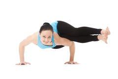Het yogiwijfje in yogaasana Two-Legged Koundinya's stelt Stock Foto's