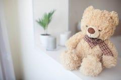 Het zachte stuk speelgoed draagt in een heldere slaapkamer stock afbeelding