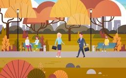 Het zakenlui die door Autumn Park Over People Having lopen rust in openlucht Ontspannend Sit On Bench And Communicate vector illustratie