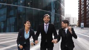 Het zakenlui jubelt, het lachen sprong met geluk stock videobeelden