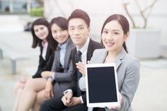Het zakenlui tablet aan toont u royalty-vrije stock foto's