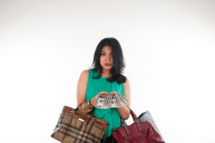 Het zakgeld van de Shopaholicvrouw en creditcard voor gemerkt punt Royalty-vrije Stock Foto