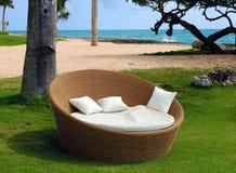Het zand en de oceaan van strandpalmen in tropisch paradijs royalty-vrije stock foto
