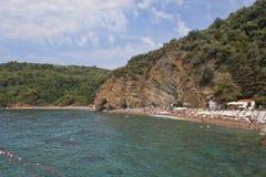 Het zand en kiezelsteenstrand van Mogren in Budva Royalty-vrije Stock Foto