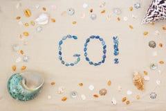 Het zand op het strand in de zomer, de inschrijving gaat van shells op het zand Vlak leg Hoogste mening royalty-vrije stock fotografie