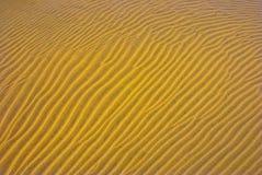 Het zandAchtergrond van golven Stock Afbeelding