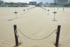 Het zandanker van de strandparaplu Royalty-vrije Stock Afbeeldingen