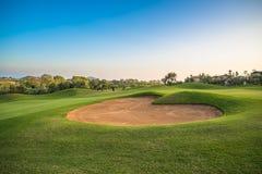 Het zandbunker van de hartvorm op de groene golfcursus royalty-vrije stock foto's